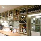 Ook achter de bar biedt wijnwand Kabinett veel opslagruimte.