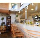 Dit cafe bevindt zich in een ark en presenteert de wijnen in grenenhouten wijnrekken Kabinett