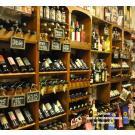 Tovino, delicatessenwinkel te Maassluis heeft deze mooie en stijlvolle wijn wand gerealiseerd. Loop er eens binnen voor een bezoekje!